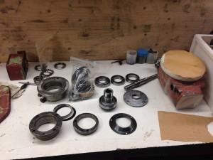 De onderdelen van de verticale kop schoongemaakt en gecontrolleerd, alle lagers worden vervangen.