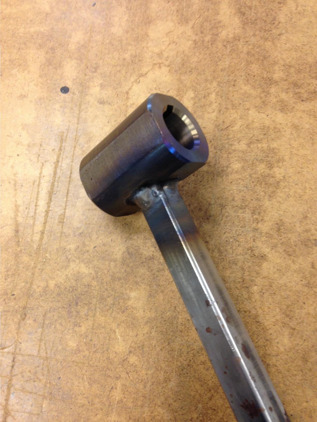 Een hulpstuk gemaakt om de trapeziumspindel los te kunnen draaien, en dicht bij de moer te kunnen komen.