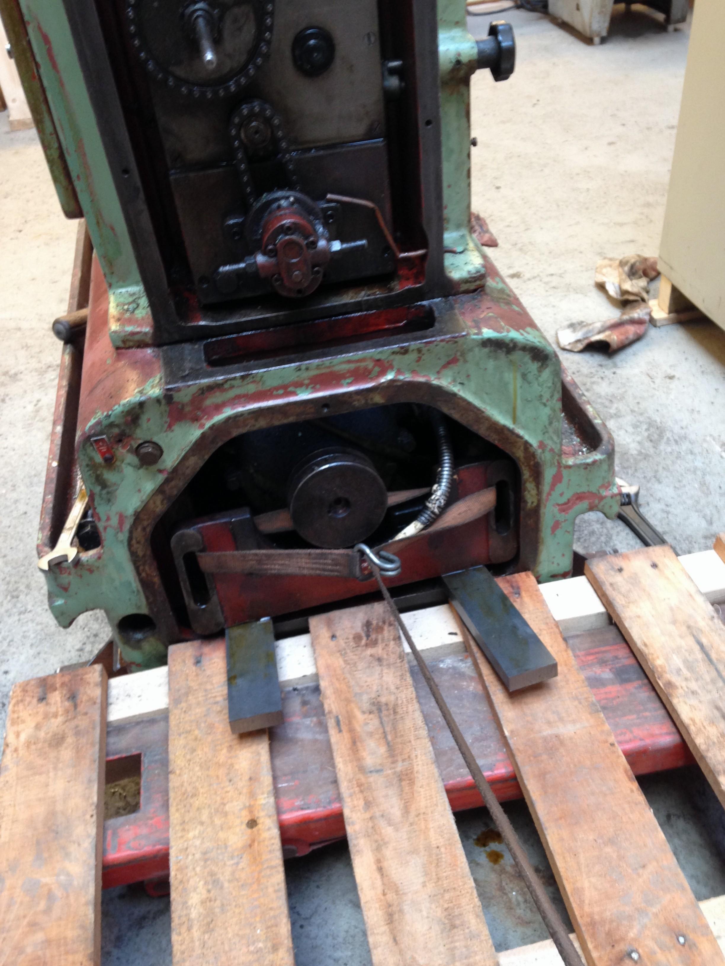 De elektromotor wordt ook schoongemaakt en nagekeken. De slede trek ik over twee stalen strips naar buiten.