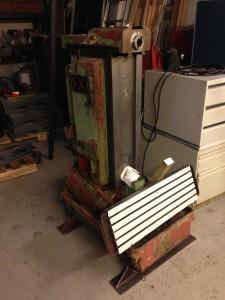 Inmiddels heeft de freesmachine ook twee stevige balkjes gekregen, zodat deze alsnog verplaatsbaar blijft.